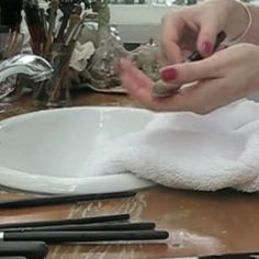 Como lavar pincel de maquiagem? Esqueça o xampu neutro e aprenda a fórmula definitiva (e embasada cientificamente) que acaba com a sujeira sem danificar as c...