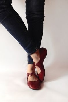 The Drifter Leather handmade shoes — Ballet flats – Passion in Deep Red Die Drifter Leather handgefertigten Schuhe – Ballerinas – Passion in Deep Red Crazy Shoes, Me Too Shoes, Look Fashion, Fashion Shoes, Fashion Men, Fashion Fashion, Fashion Dresses, Red Ballet Flats, Red Flats