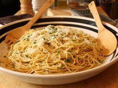 Garlic Spaghetti - Spaghetti Aglio e Olio Recipe - Pasta with Garlic and Olive Oil food wishes Garlic Olive Oil Pasta, Garlic Pasta, Garlic Oil, Garlic Bread, Italian Pasta, Italian Dishes, Italian Recipes, Italian Cooking, Chef John Food Wishes