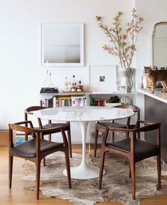 Modern Classics: Eero Saarinen's Tulip Table Mesa Saarinen, Saarinen Tisch, Saarinen Table, Tulip Dining Table, Modern Dining Room Tables, Dining Room Design, Dining Room Furniture, Interior Design Living Room, Modern Kitchens