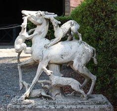SCULPTURE DE JARDIN/ ERCOLANO CASA DEI CERVI/ cervidé attaqué par des chiens / inspiration hellénistique (pattes très fines) / ajout d'un tronc d'arbre pour que la statue en marbre ne casse pas