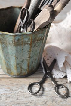 verdi gris finish on an old tin bucket filled with wood handle utensils scissors * for some obscure reason I seem to collect pretty scissors not really sure why ? Look Vintage, Shabby Vintage, Vintage Decor, Vintage Sewing, Vintage Antiques, Shabby Chic, Vintage Items, Vintage Vignettes, Vintage Stuff
