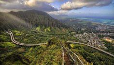 Conocida por todo el mundo como laescalera al cielo las Haiku Stairs literalmente sí producen esa sensación. Se encuentran al norte de la isla de Maui en Hawái y son unos 4000 escalones para salvar un desnivel de 700 metros desde el valle de Haiky hasta la cima del monte Puu Keahi A Kahoe cubierto de nubes.  Estas escaleras fueron construidas en 1942 durante la Guerra del Pacífico y con el objetivo de instalar una estación de radio con fines militares en la altura. Posteriormente los…