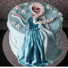 Such a beautiful cake and what a creative way to feature Elsa on a cake. By @simonebarbosacake. See the best Edible Image Designs posted daily at http://topperoo.com/edible-image-designs/