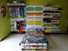 Pallet bed frame with book shelves can help you in reading your favorite books at night. You can create pallet bed frame with lamp attached to headboard so it Wooden Pallet Beds, Diy Pallet Bed, Pallet Crafts, Diy Pallet Furniture, Diy Pallet Projects, Wooden Diy, Furniture Projects, Pallet Desk, Pallet Wood