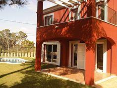 fachada casa color ladrillo y blanca