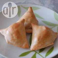 Gebackene Kartoffel-Samosas - Diese Samosas haben eine vegane Kartoffelfüllung und werden im Ofen gebacken.@ de.allrecipes.com