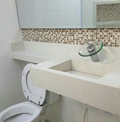 Inspiração * Torneira Moderna + Linda pedra da bancada e pia esculpida * Bath Mat, Sink, Bathtub, Bernardo, Bathroom, Home Decor, Modern Bathrooms, Small Bathrooms, Bathroom Sinks