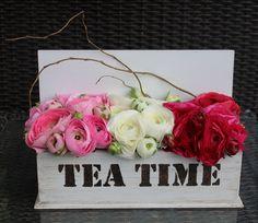 Ranúnculos en caja de té.