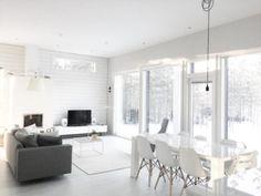 Avara sisustus yhdistää olohuoneen ja ruokailutilan yhteen, valon kera