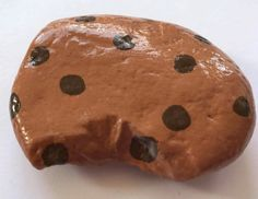 Oh my goodness. A rock painted to look like a chocolate chip cookie. THIS is a cookie I'm allowed to enjoy! Rock Painting Patterns, Rock Painting Ideas Easy, Rock Painting Designs, Pebble Painting, Pebble Art, Stone Painting, Painting Art, Painted Rocks Craft, Hand Painted Rocks