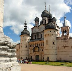 Truly decadent places to see that should be put on your bucket list! Beautiful places such as Russia, Portugal, Italy, Switzerland, and more! Historical Architecture, Amazing Architecture, Russian Architecture, Rostow Am Don, Beautiful World, Beautiful Places, World Largest Country, Kirchen, Eastern Europe