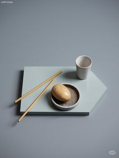 Bordet er malt med LADY Supreme Finish 6325 Balanse, mens fat / fjøl har fargen LADY 6315 Jade.