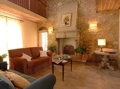 Villa Laia  Pisa  http://www.traveltuscany.net/pisa-villa/2837/  Sleeps : 12  Total Bedrooms : 6  N Double rooms : 5  N Twin rooms : 1  Total Bathrooms : 6  Bathrooms with Shower : 6