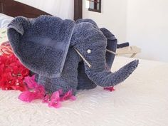 how to make a cute elephant with towel / como hacer un elefante con toalla Elephant Towel, Cute Elephant, Towel Origami, Fabric Origami, Elephant Diaper Cakes, Origami Elephant, Towel Animals, How To Fold Towels, Baby Washcloth