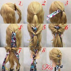 1,上のトップの部分を分けます 2,トップの部分を結びます 3,スカーフを通します 4,くるりんぱします 5,横の髪の毛を後ろで結んでくるりんぱします 6,残りの髪も結んでくるりんぱします 7,写真のように髪を三等分にします 8,三つ編みにします Fin,スカーフを結んで崩したら完全です