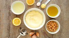 Veganská majonéza, kde místo žloutků zaskakuje obyčejný nálev z cirny, je jedním z nejlepších kuchyňských vynálezů! Chuťově i konzistencí bez kompromisů, velmi dostupně a bez nutnosti použít syrová vejce. Aquafaba, Salads, Pudding, Desserts, Food, Tailgate Desserts, Deserts, Custard Pudding, Essen