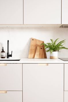 Formica faced plywood kitchen in Fox Grey by Plykea Kitchen Diner Extension, Open Plan Kitchen, New Kitchen, Modern Kitchen Interiors, Modern Kitchen Design, Ikea Cabinets, Kitchen Cabinets, Plywood Interior, Plywood Furniture