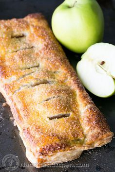 Apple Cinnamon Slab Pie Recipe This apple slab pie is loaded with caramelized apples and wrapped in a flaky puff pastry crust. It's so easy and quick to whip up. Apple Desserts, Köstliche Desserts, Apple Recipes, Delicious Desserts, Dessert Recipes, Fall Recipes, Puff Pastry Desserts, Puff Pastry Recipes, Apple Puff Pastry Recipe