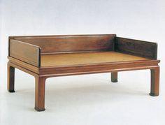 明代黄花梨马蹄罗汉床  总高度31英寸(79厘米), 床位尺寸:高20.5英寸(52厘米)、长75.5英寸 (192厘米)、深39.25英寸 (100厘米),大约1575-1700年。  该黄花梨罗汉床或炕,显示了明代家具的经典设计特点:线条明朗、规模完美、比例优雅。工艺简朴有制,三个厚实围子的正面和背面有凹形装饰板条和抬高珠玉,这在罗汉床中很少见。束腰家具的结构和形式起源于宋代,决定使用攒边装板作为结构和设计使用,放置在座框和彭牙之间,床腿为直腿,在这种情况下,是一种早期风格的马蹄脚。床腿底部的水蚀和衰退,连同其整体设计、构造和风格,均表明这是一件明代中期和晚期的早期作品。  原为中国古典家具博物馆所收藏