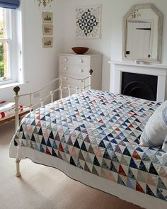 I'm in love with half square triangle quilts! Colchas Quilting, Scrappy Quilts, Quilting Projects, Quilting Designs, Baby Quilts, Machine Quilting, Quilting Ideas, Shabby, Half Square Triangles