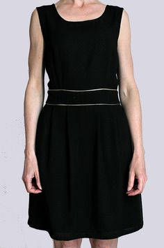 Robe en viscose noir, jupe doublée coton, plis devant et dos, biais or à la ceinture