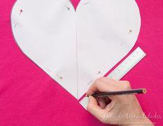 Cómo hacer un cojín corazón sin costuras - Guía de MANUALIDADES Bob Styles, Pets, Crochet, Charms, Recycled Crafts, No Sew Pillows, Make Pillows, Bedspread, Cushion Covers