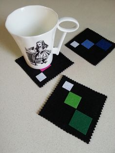 posavasos de fieltro Diy Home Crafts, Felt Crafts, Arts And Crafts, Felt Coasters, Diy Coasters, Tea Coaster, Small Sewing Projects, Mug Rugs, Felt Art
