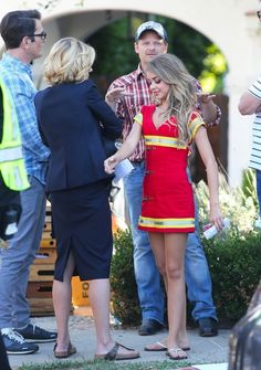 Steve Zahn Photos - Stars from the hit show 'Modern Family' continue to film their Halloween episode in Los Angeles, California on September 19, 2014. Actress Sarah Hyland took a break from shooting to play with some puppies on set!<br /> Pictured: Julie Bowen, Steve Zahn, Sarah Hyland, Ty Burell - 'Modern Family' Films Their Halloween Episode