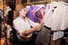 Paloma Barrientos observando la colección de BDBA