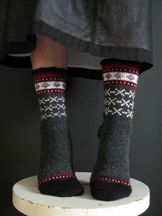 I like the dots. very cute motif. Uinta Cabin by terhimon Fair Isle Knitting, Knitting Socks, Knitting Needles, Hand Knitting, Knitting Patterns, Knit Socks, How To Start Knitting, Knitting For Beginners, Knitting Projects