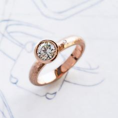 Hammered ring with satellite stone