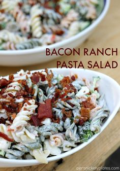 Bacon Ranch Pasta Salad - a simple but flavorful pasta salad that is perfect for summertime entertaining | Persnickety Plates @recipeasyhormel