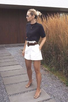 Minimalistic Outfits For Spring Woman Shorts and Bermudas pretty woman bermuda Mode Outfits, Short Outfits, Chic Outfits, Fashion Outfits, Woman Outfits, Pretty Outfits, Classy Shorts Outfits, Bermuda Shorts Outfit, Fashion Ideas