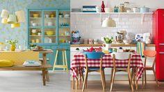 Cozinha é ponto de encontro da família. Cozinhar é uma atitude agregadora, um ato de amor! Longas conversas se dão neste espaço. Momentos marcantes acontecem ali! Em sendo um ambiente tão importante, porque não dar mais cor a um local já tão cheio de sabor? É isto que o post de hoje propõe.