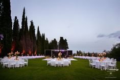 When you want your wedding dinner to be  pure entertainment.. you put all the tables in front of a stage! #weddinginitaly #weddingtables #weddinginitaly