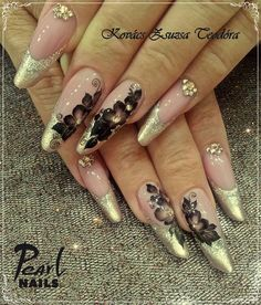 Here some beautiful gothic almonds from our trainer, Zsuzsa Teodóra Kovacs! :-) These elegant nails were made with Cover Pink Gel I.; 418 (Basic), 919 and 923 (Brilliant) colour gels and acrylic paints.