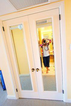 # 2.  Adicionar um espelho cortado para portas de tela plana.  - 27 Fácil remodelação projetos que irão transformar completamente a sua casa
