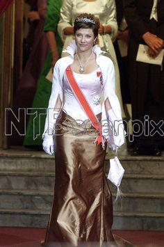 OSLO 20010825: Kongelig bryllup i Oslo. Kronprins Haakon og kronprinsesse Mette-Marit ble viet av biskop Gunnar Stålsett i Oslo Domkirke lørdag 25. august. Prinsesse Märtha Louise var hjertelig tilstede med hele sin kjole. Her bærer hun også kong Olavs gave tiara. Foto: Lise Åserud / SCANPIX / POOL