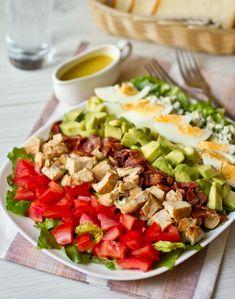 Этот салат – американская классика. В силу своего состава он подается в качестве основного блюда. Название салат получил в честь ресторатора Кобба, в чьем ресторане и был впервые подан. По одной из легенд, Кобб решил поесть среди ночи, собрал на ресторанной кухне остатки продуктов и приготовил из них салат. Обязательные…