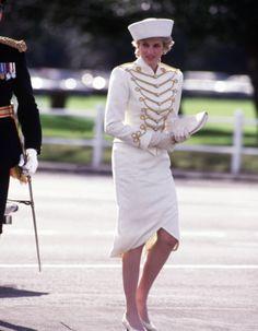 【ELLE】1987年4月|新たな暴露本が出版! チャールズ皇太子とダイアナ元妃の悲しすぎる結婚生活を写真で検証|エル・オンライン