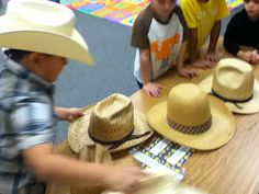 Kindergarten Rodeo -- Hat Scramble: The students raced to see who could order the hats from largest to smallest and vice versa the fastest! Cowboy Girl, Cowboy Theme, Cowboy Up, Western Theme, Games For Toddlers, Toddler Activities, Rodeo Games, Kindergarten Party, Rodeo Party