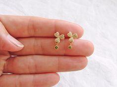 パヴェ状にぎっしりと埋め込まれた小さなキューッビクジルコニアの輝きが美しい、クローバーのスタッドに、小さいペリドットグリーンのジルコニアをあわせました。ポスト...|ハンドメイド、手作り、手仕事品の通販・販売・購入ならCreema。 Jewelry Design Earrings, Gold Earrings Designs, Gold Jewellery Design, Ear Jewelry, Bead Jewellery, Jewelery, Cute Stud Earrings, Simple Earrings, Gold Jewelry Simple