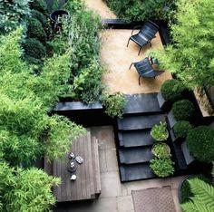 """Многоуровневая композиция. Урбанистический рельеф – это уникальная """"заготовка"""" для создания необычной ландшафтной композиции. Подвалы, лестницы, карнизы, импровизированные клумбы – все это может стать отличной площадкой для разведения садовых культур и цветов. Ярусное расположение зон отдыха с акцентами в виде растений в горшках позволило обыграть естественный рельеф террасы за домом. Разумная экономия и использование естественных приспособлений – что еще нужно городскому садоводу?"""