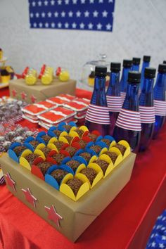 """Festa com o tema """"Mulher Maravilha"""", forminhas para doces, cinta para doces navy na garrafinha, produtos da Miss Embalagens, entre em contato www.misscupcake.com.br"""