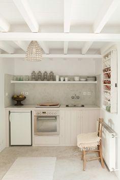 Charming House With Fantastic Colors On Lesvos, Greece 11 маленькая белая кухня