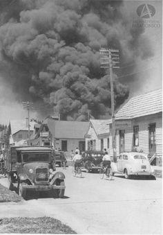 Incendio en el casco urbano de Bariloche desde Mitre y Frey, Ca. 1955 (Col. Toledo en Archivo Visual Patagónico)
