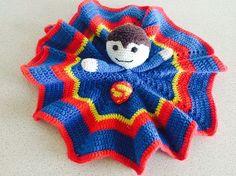 Supermand eller Batman? Begge superhelte kan du nu lave som nusseklud til de seje små. Du finder en gratis opskrift på dem begge her.