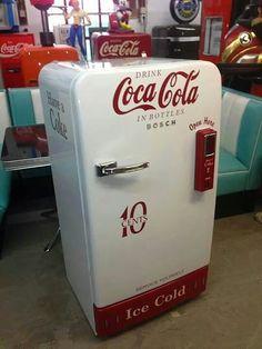 old Coca Cola machine Coca Cola Cooler, Coca Cola Drink, Cola Drinks, Coca Cola Bottles, Pepsi Cola, Coca Cola Vintage, Soda Machines, Vending Machines, Coca Cola Kitchen