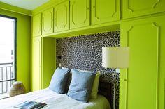 Un appartement rétro, en douceur et en couleur. Teinte : Tender Shoots PANTONE ; peinture : Flat Hydro.